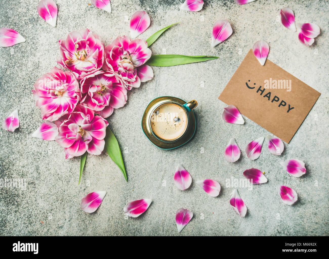 Tasse Kaffee mit Tulpe Blumen umgeben und melden Happy Stockfoto