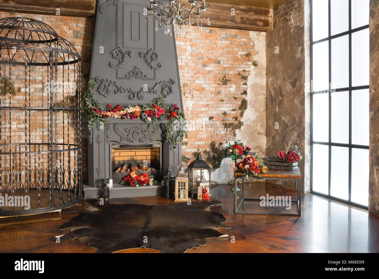 Interieur mit einem Kamin, Kerzen, Haut der Kühe, Mauer, große ...