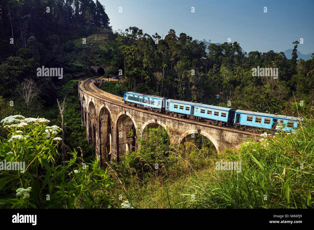 Zug über Demodara Neun Bögen Brücke, Ella, Sri Lanka fahren Stockbild