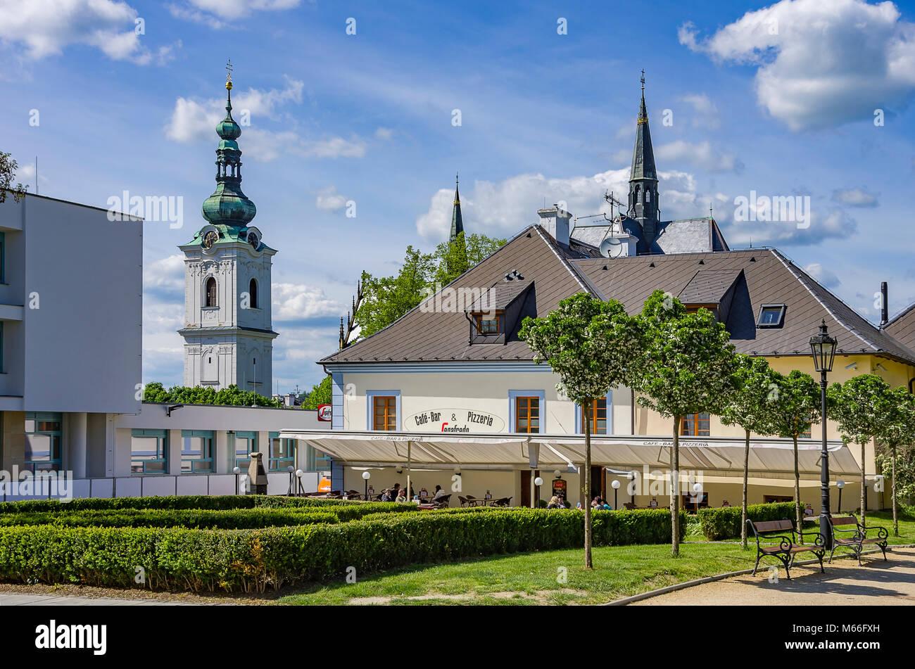 Klatovy, Tschechien - Street Scene und Weißen Turm in der Altstadt. Stockbild