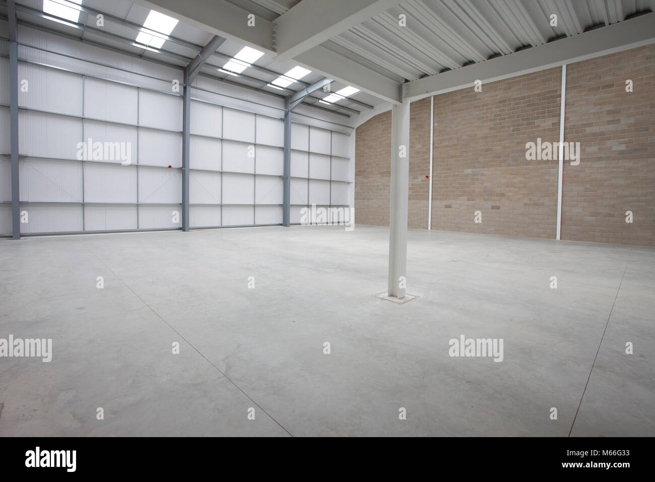 Lager innen neue moderne Bau bauen. Warehousing ...