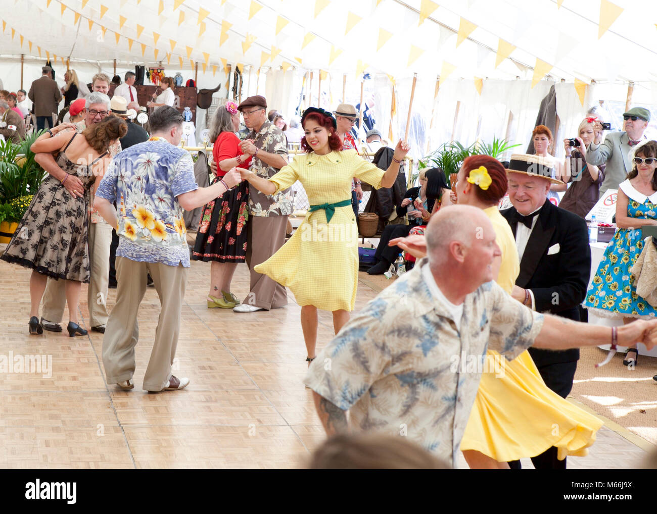 1950 Tanz auf dem Goodwood Revival mit Vintage Kleidung bunte Hemden und Kleider Stockbild