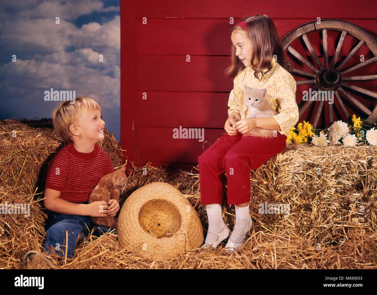 1960 Kleine Jungen Und Mädchen Bruder Und Schwester In Bauernhof
