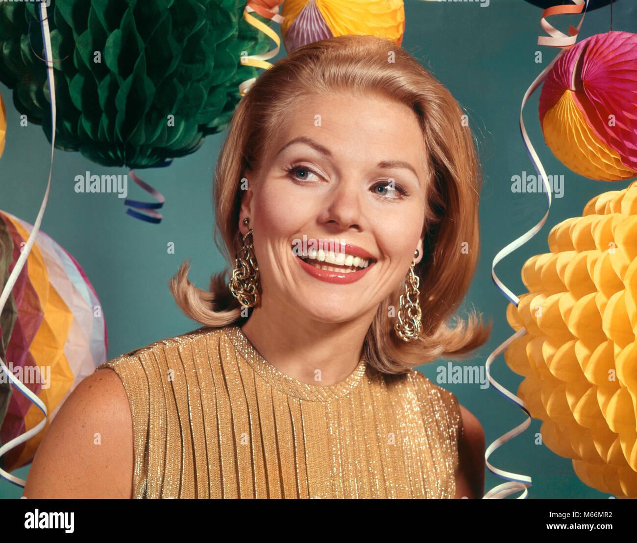 1960 lächelnde blonde Frau tragen ABEND KLEIDER GOLD LAME BLUSE ...