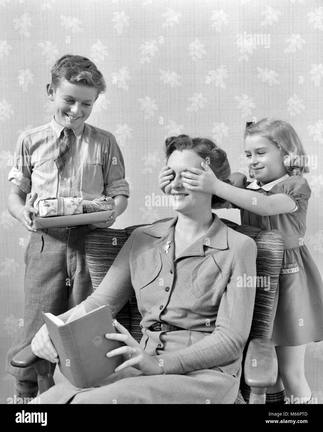 1930er Jahre 1940er Jahre kleines Mädchen HAND ÜBER MUTTER AUGEN ...