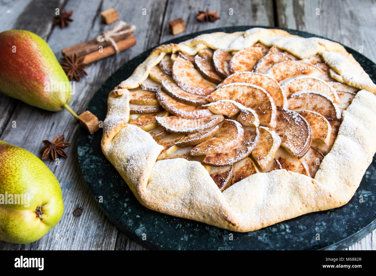 Kuchen mit Äpfeln, Birnen und Zimt auf einem alten Holz- Hintergrund. Apfelkuchen Stockbild