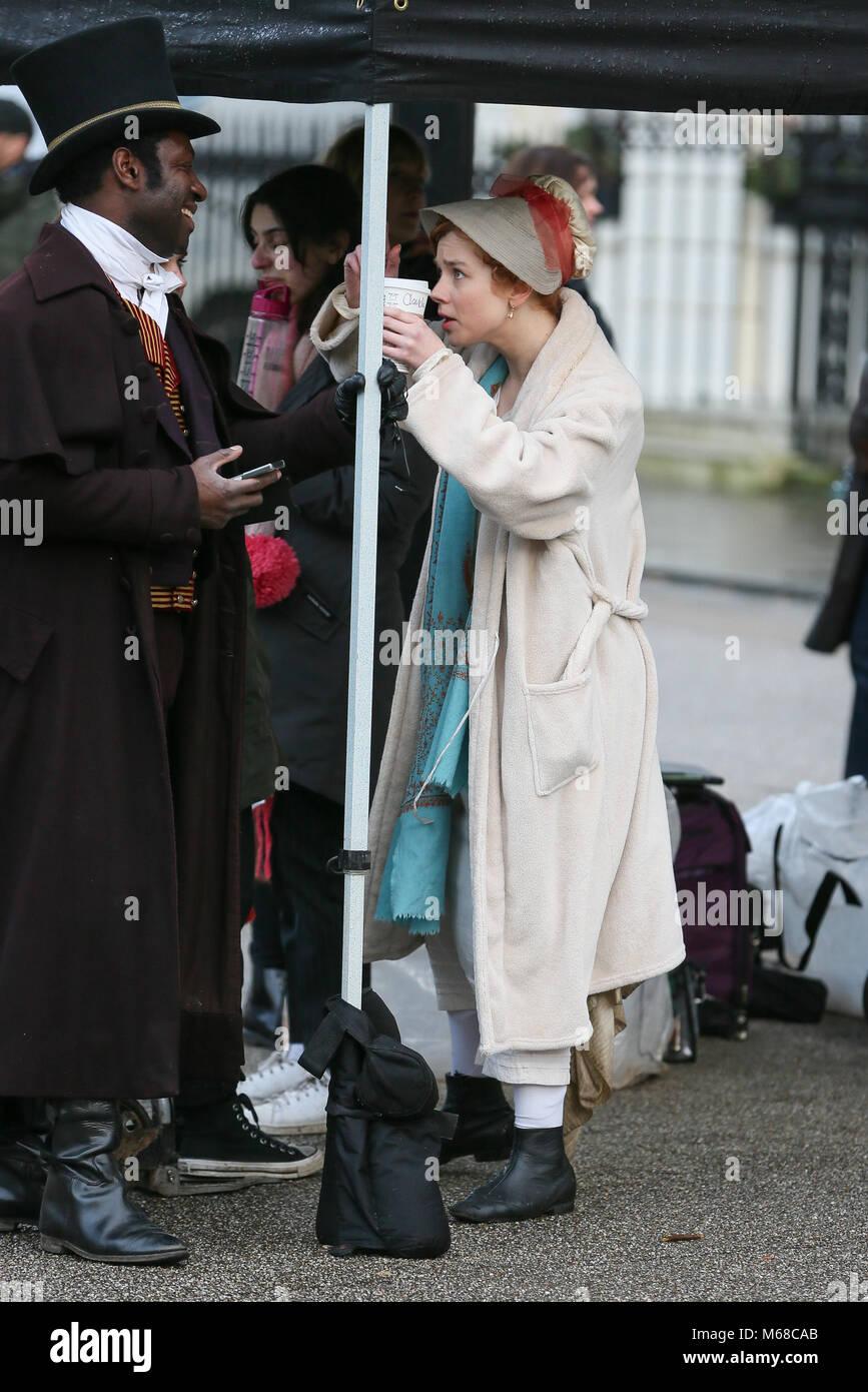 Claudia Jessie spielen der Teil von Amelia Sedley gesehen Filmen Szenen für   Vanity Fair -TV Periode Drama. Olivia Cooke war auch am Filmset - London  mit  ... e0a636270f