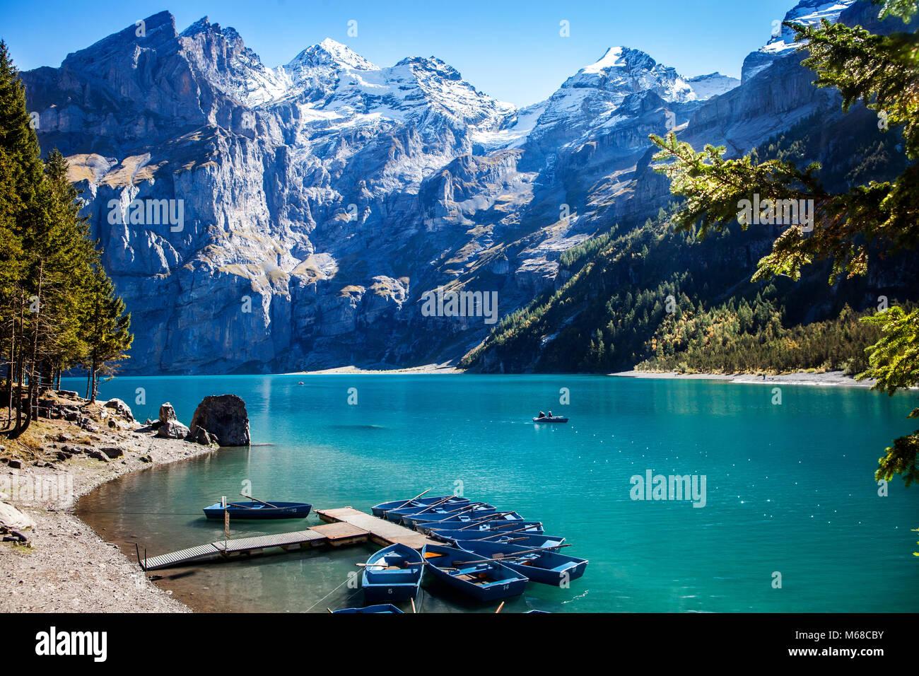 Einen malerischen Blick auf den berühmten Berg See oeschinensee Kandersteg in der Schweiz Ende Sommer in den Stockbild