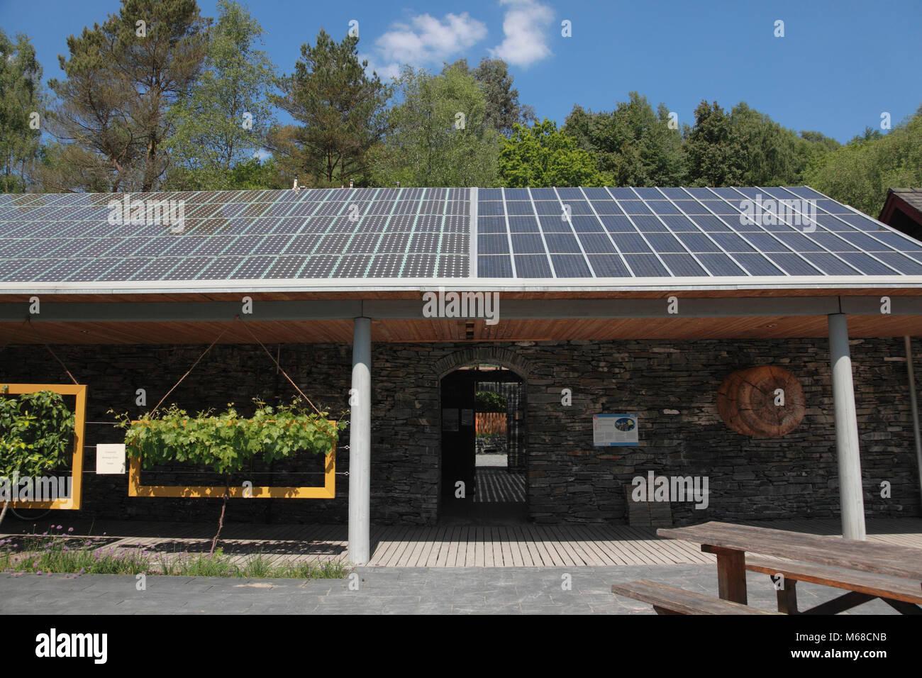 Photovoltaikanlagen (PV) auf dem Dach des Café im Zentrum für Alternative Technologie, Petworth Stockbild