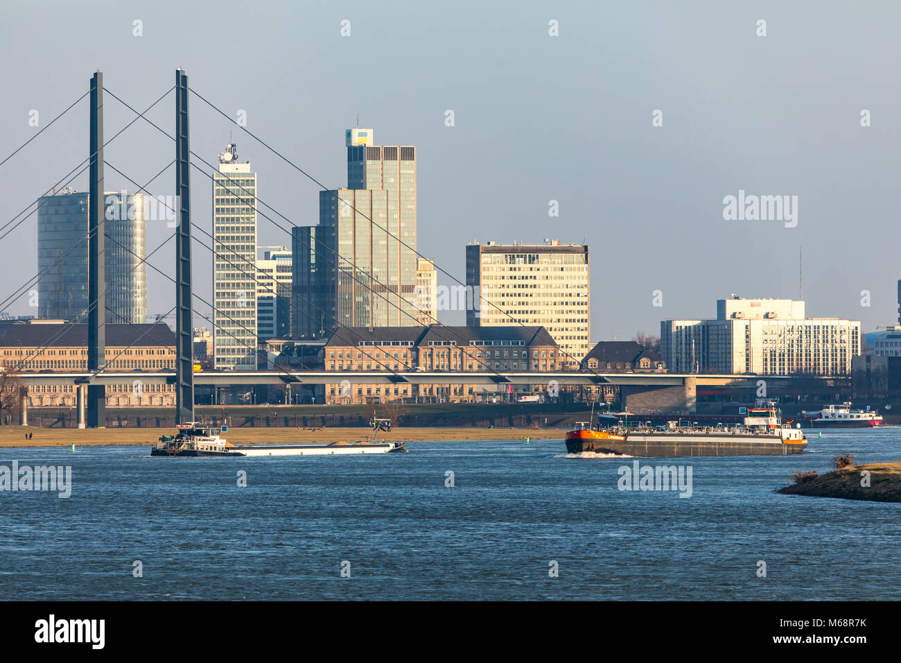 d sseldorf deutschland downtown skyline wolkenkratzer rheinkniebr cke river bridge rhein. Black Bedroom Furniture Sets. Home Design Ideas