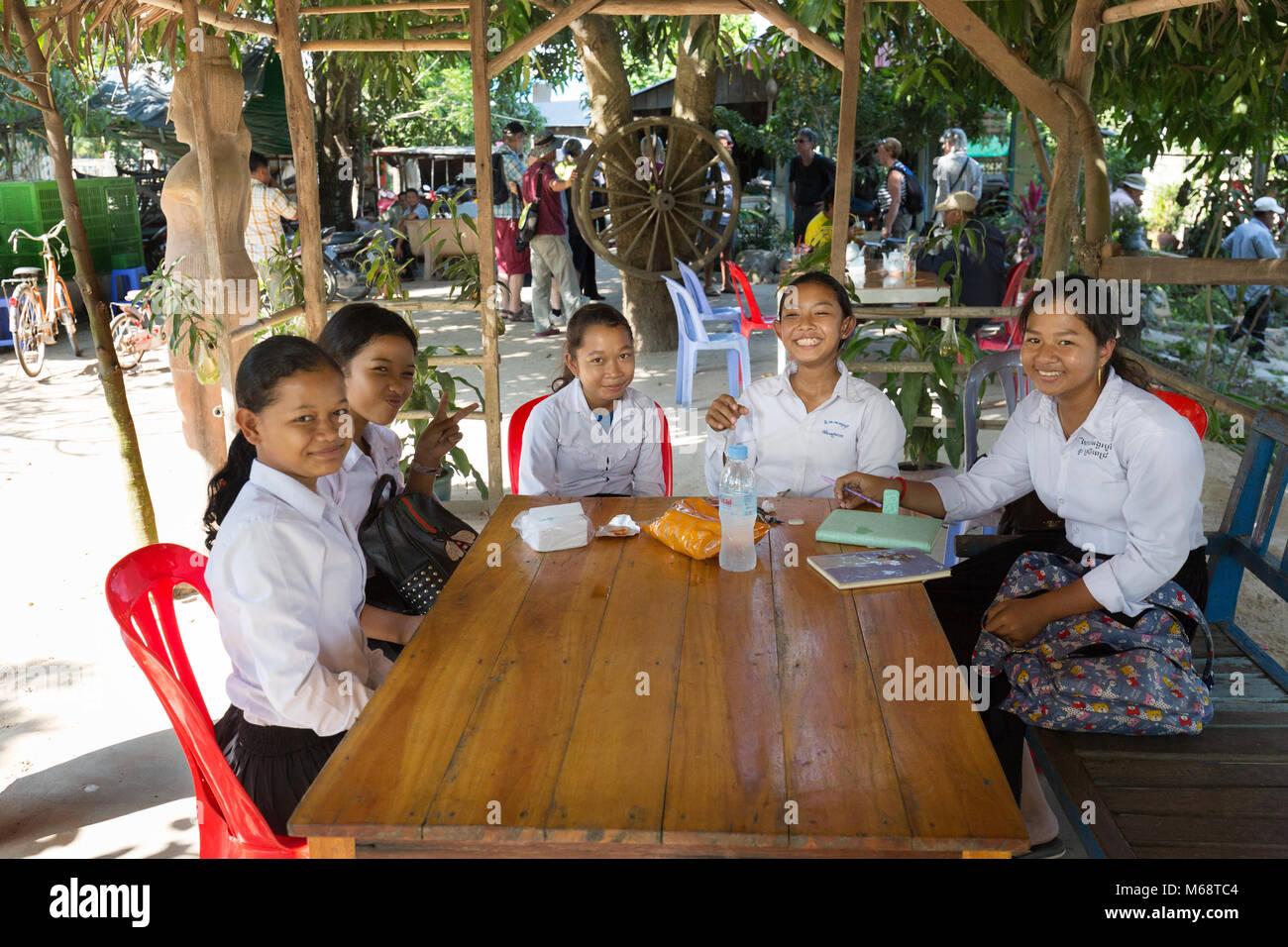 Kambodscha Kinder - teenage Schülerinnen in Schuluniform im Alter von 13-14 Jahren, Kambodscha, Asien Stockbild