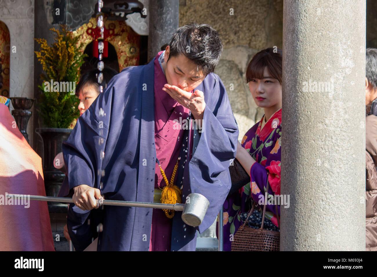 Ein Mann in der der Kiyomizu-dera buddhistischen Tempel Getränke ...