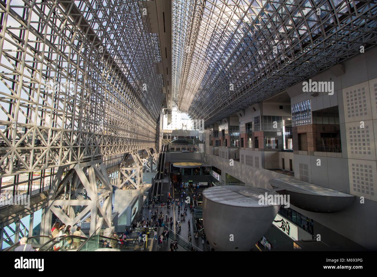 Die moderne Struktur von Kyoto Bahnhof, der Häuser ein Kaufhaus und riesige Treppen Stockbild