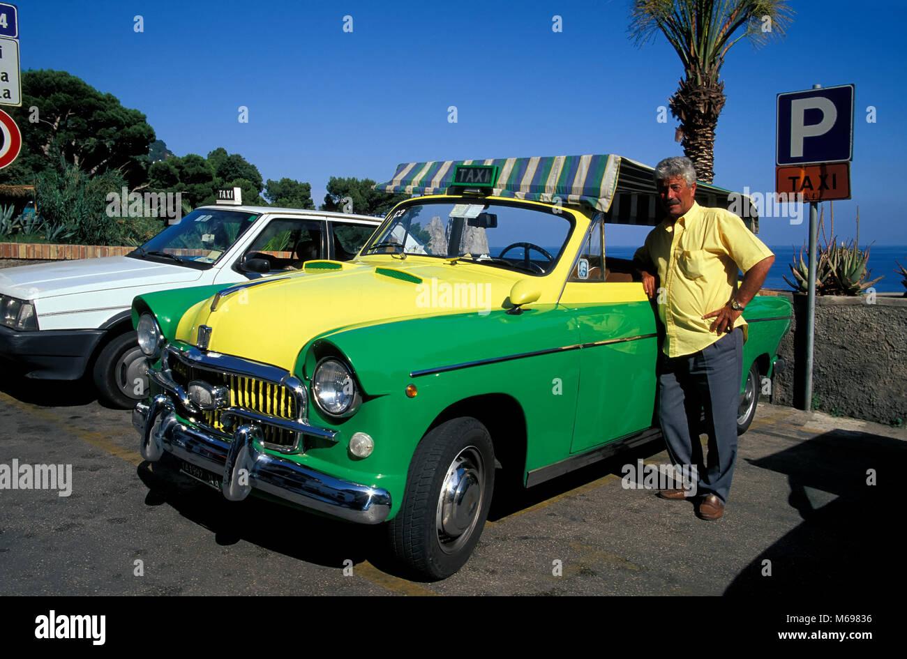 Oldtimer-Taxi mit Fahrer, Insel Capri, Italien, Europa Stockbild