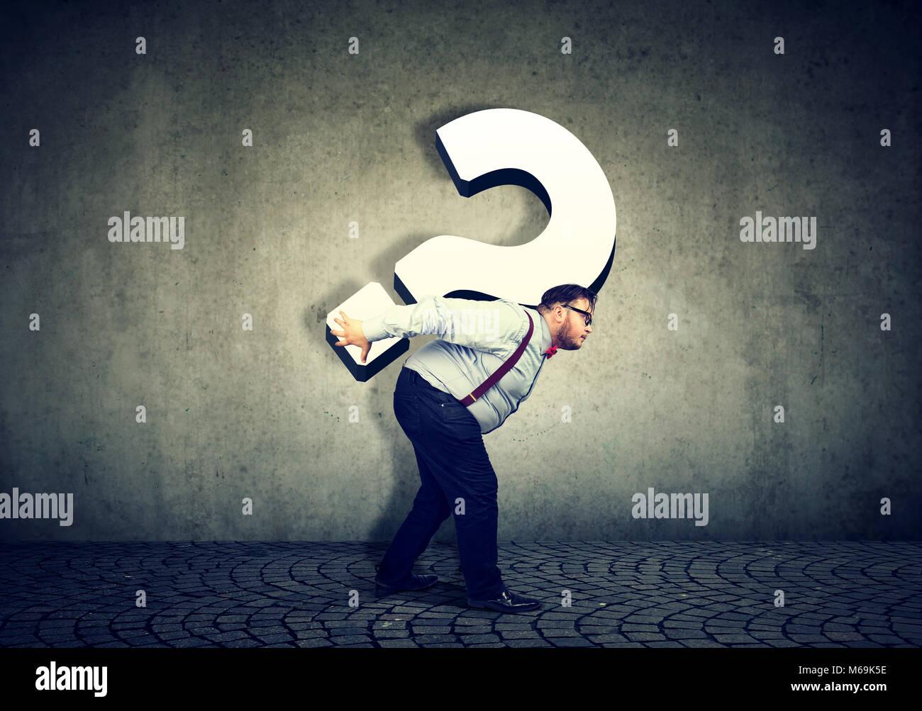 Business Mann, der großes Fragezeichen überarbeitet Stockfoto