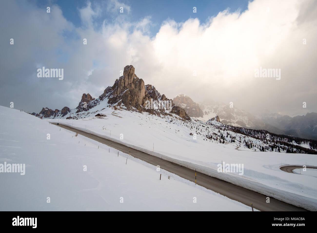 Snowy Mountain Road im Winter Landschaft in der Nähe von Passo Giau in Dolomiten in Italien. Stockfoto