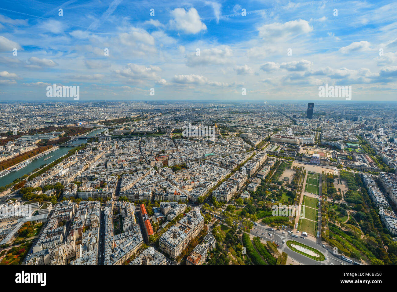 Aussicht auf Paris, Frankreich vom Eiffelturm im Frühherbst mit der Seine, Champ de Mars und Montparnasse Tower Stockbild