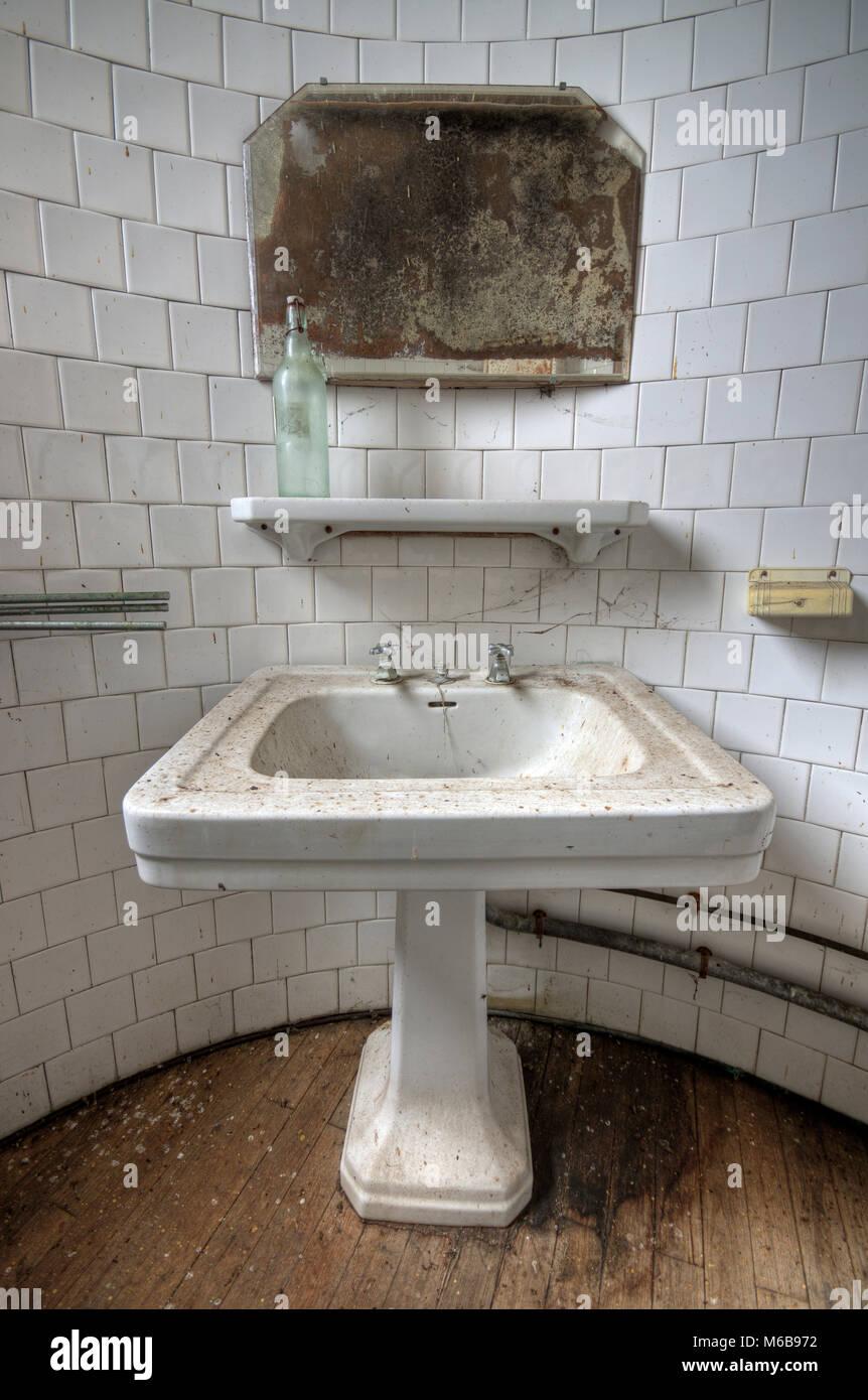 Schmutziges Badezimmer in einem verlassenen Haus Stockfoto, Bild ...