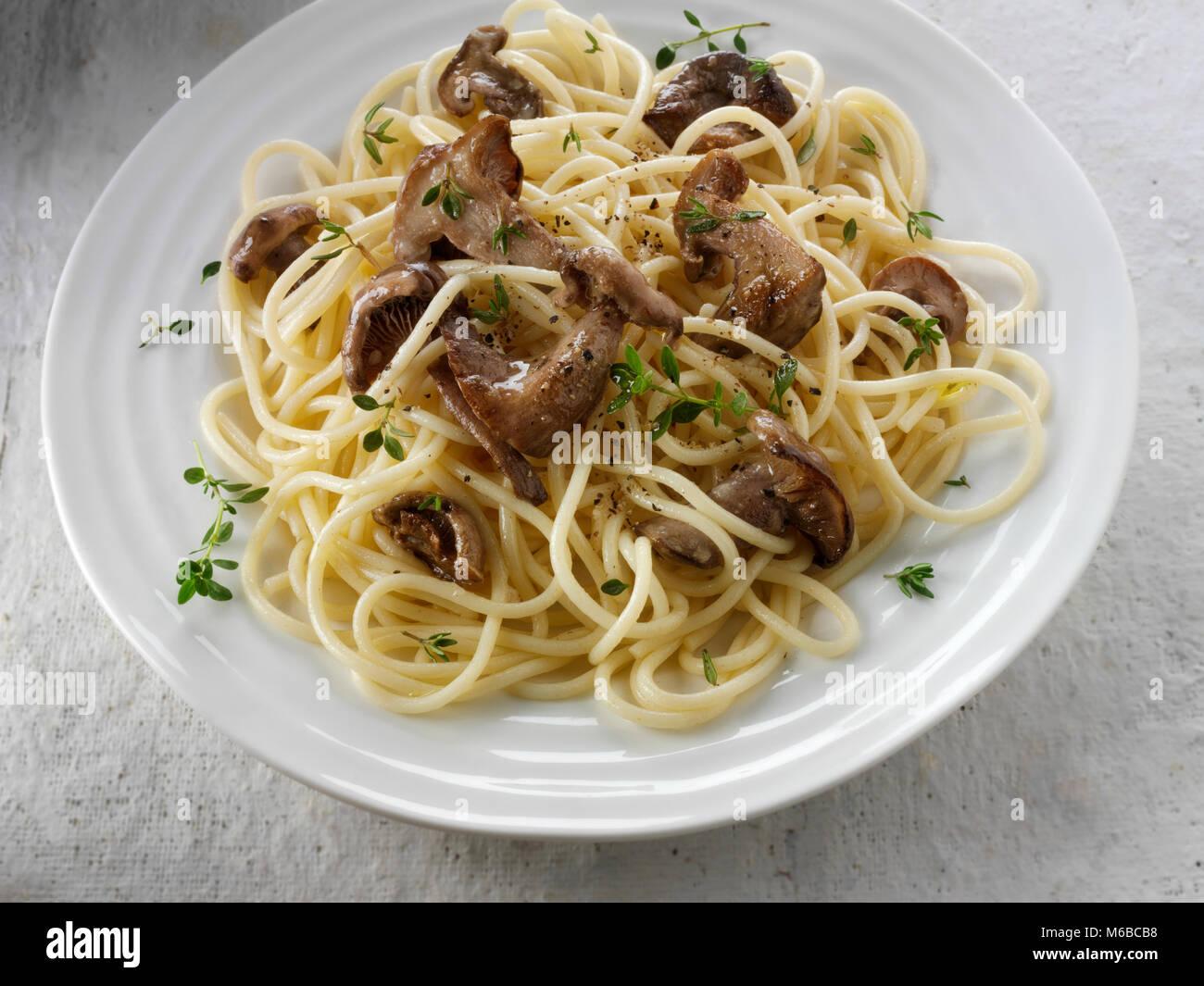 Sauteed wiild organische Pied Bleu Pilze (Clitocybe nuda) oder Blaue Fuß Champignons in Butter mit Spaghetti gekocht Stockfoto