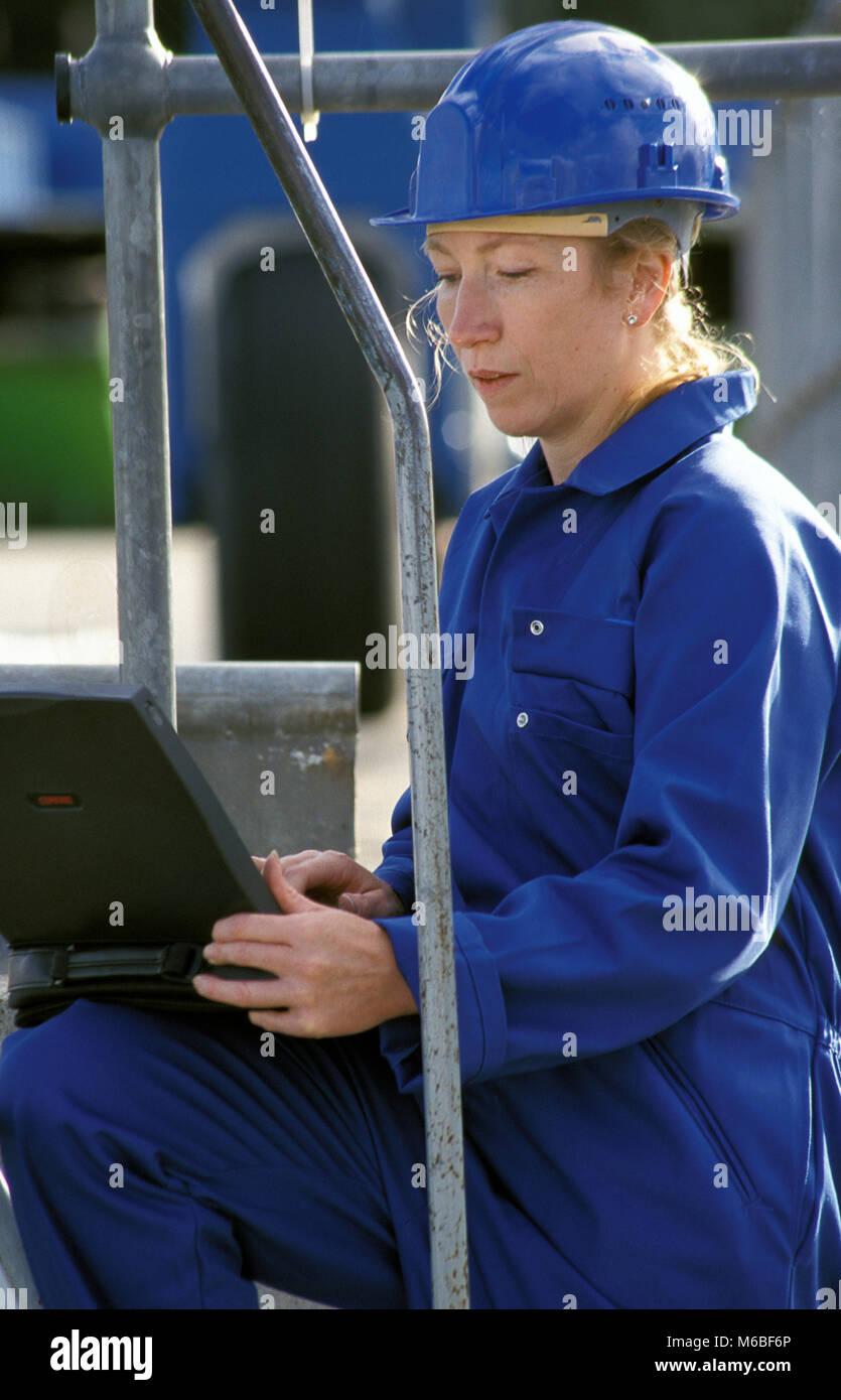 Weibliche Marine engineer sitzen auf dem Boot auf Laptop Stockbild
