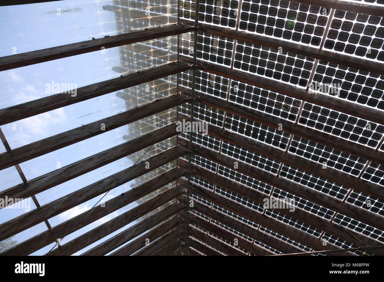 Von innen gesehen, die Sonnenkollektoren bildet das Dach des Café im Zentrum für Alternative Technologie, Stockbild