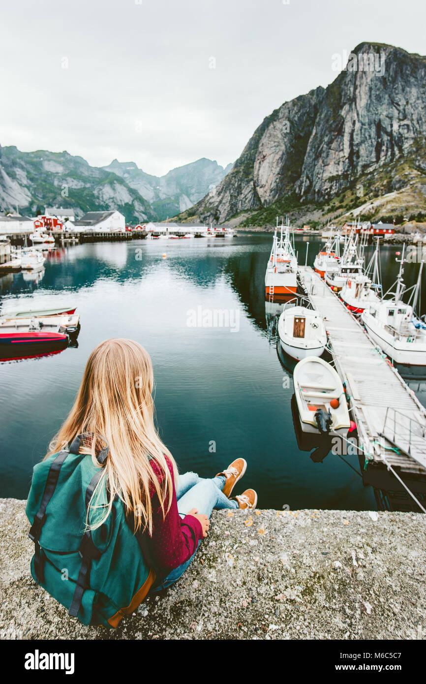 Touristische Frau Fjord genießen Blick auf den Lofoten in Norwegen Reisen lifestyle Konzept Abenteuer outdoor Stockbild