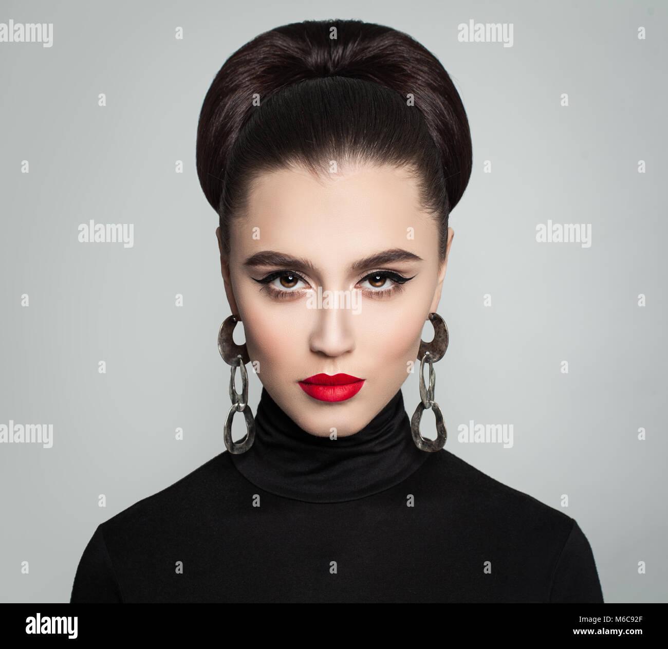 Stilvolle Junge Frau Mit Haar Bun Frisur Silber Ohrringe Rote