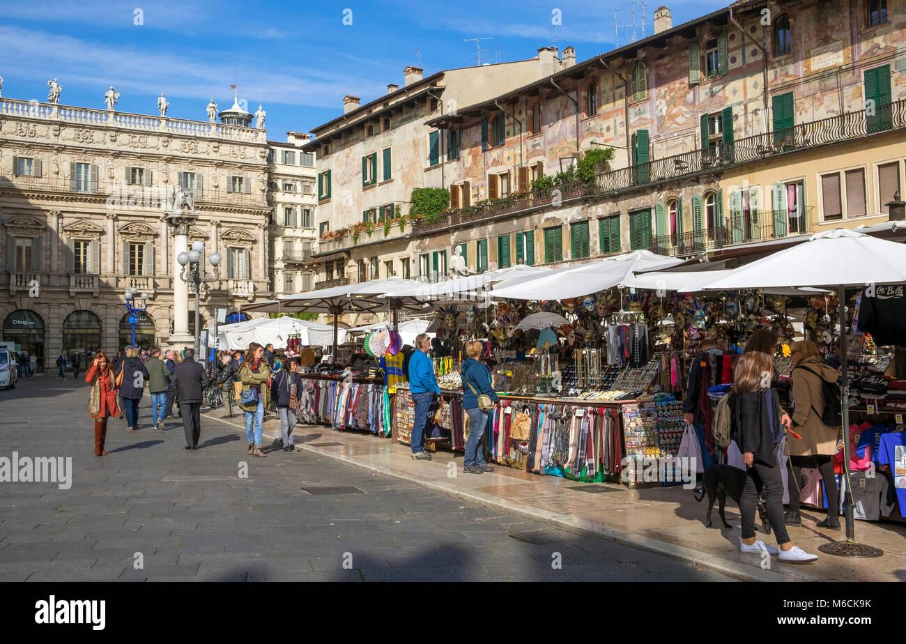 Street Market an der Piazza delle Erbe, Verona, Italien Stockbild