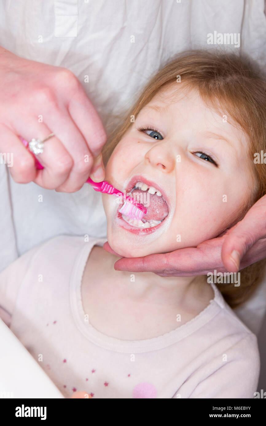 Drei Jahre alten Kind/Kind im Alter von 3 Jahren ihre Milch Zähne gebürstet mit einer Zahnbürste/Zahn Bürste mit Stockfoto