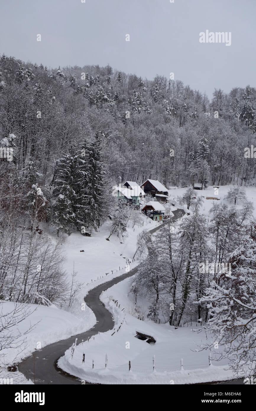 Schneebedeckte Landschaft mit einem homesteade im Winter. Savinjska Region; Stajerska (Steiermark) Slowenien Stockfoto