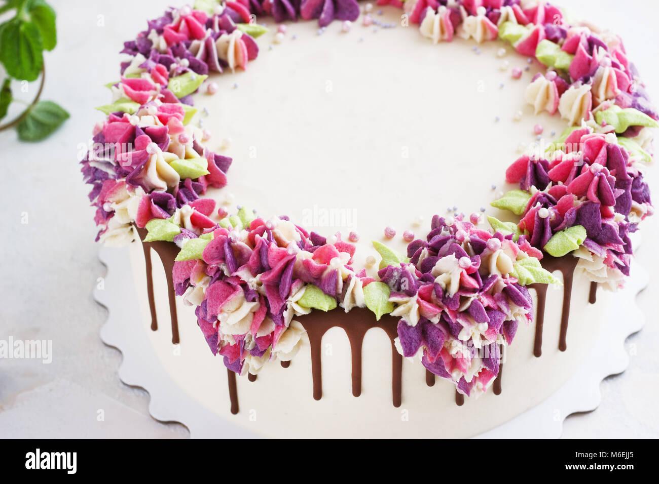 Festliche Kuchen mit cremefarbenen Blüten Hortensie auf einem hellen Hintergrund Stockbild