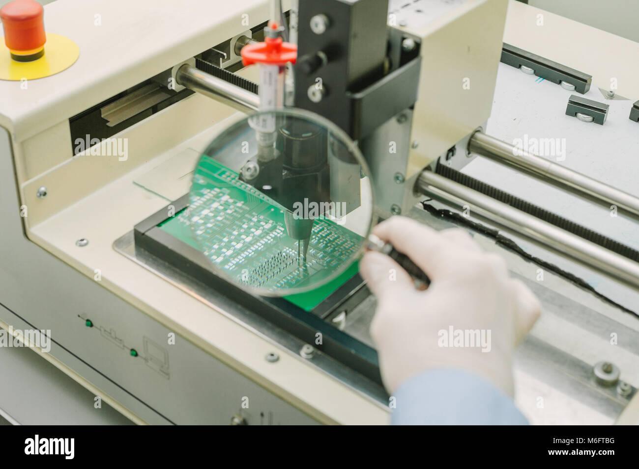 Automatisierung der Zusammenbau der Maschine der Computerplatine in der Fabrik für die Produktion von Komponenten Stockbild