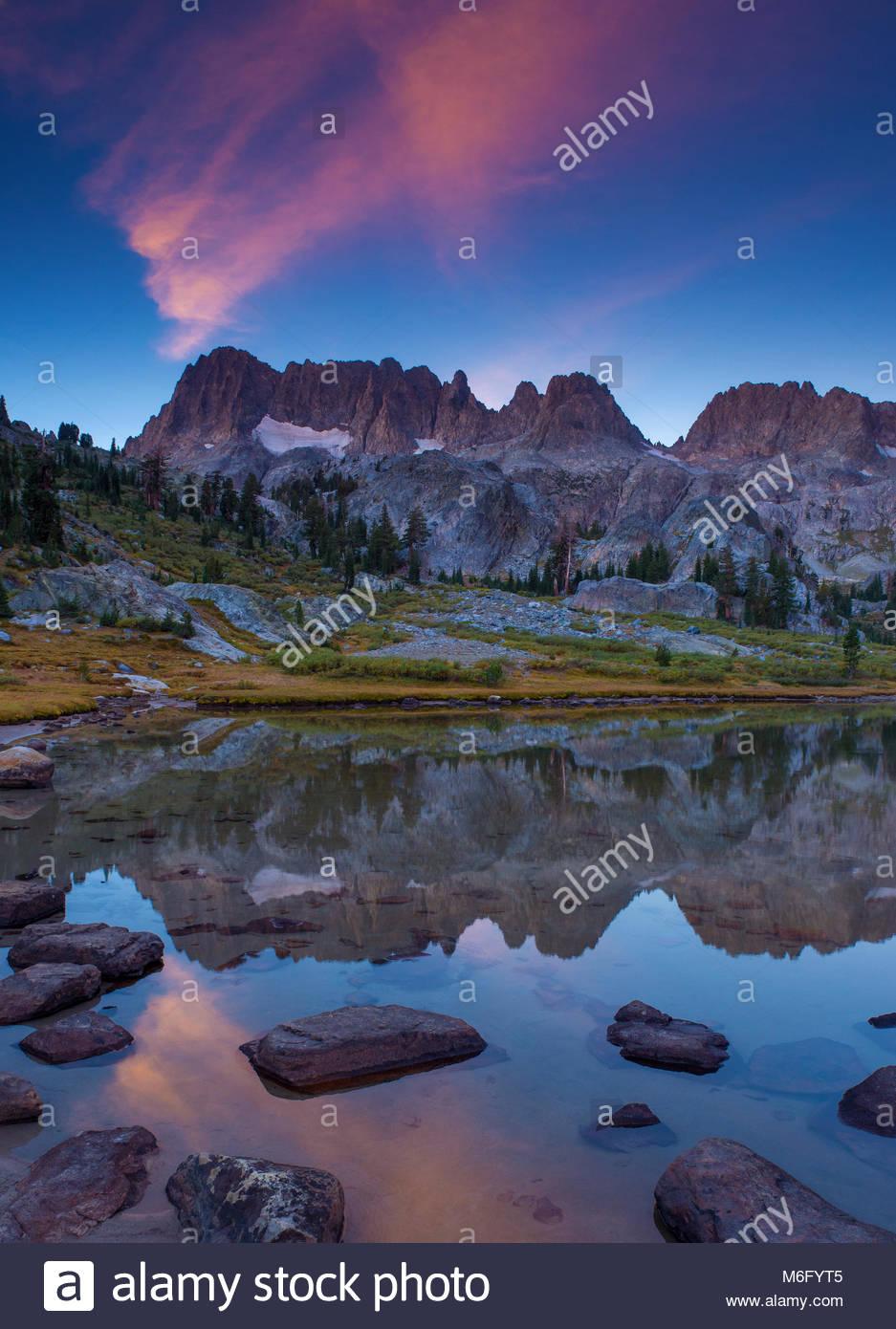 Sunrise, Ediza See, Ansel Adams Wilderness, Inyo National Forest, östlichen Sierra, Kalifornien Stockbild