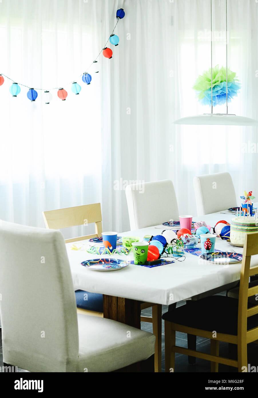 mehrfarbige kindergeburtstag rainbow motto gedeckter tisch mit h ngenden papier leuchtet. Black Bedroom Furniture Sets. Home Design Ideas