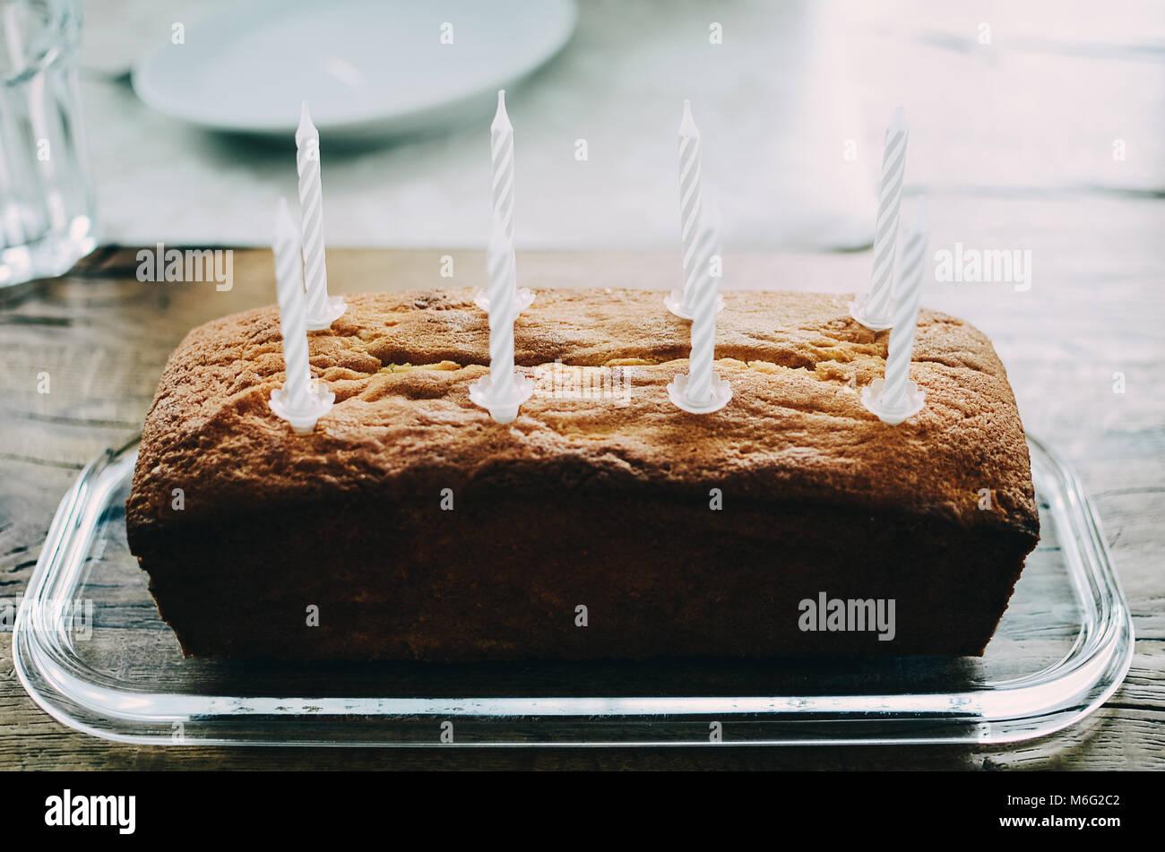 Einfache Geburtstag Pound Cake Mit Acht Weisse Kuchen Kerzen Auf Der
