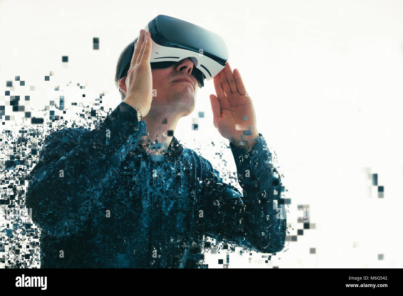 Eine Person in virtuellen Gläser fliegt in Pixel. Der Mann mit der Brille der Virtuellen Realität. Zukunft Stockbild