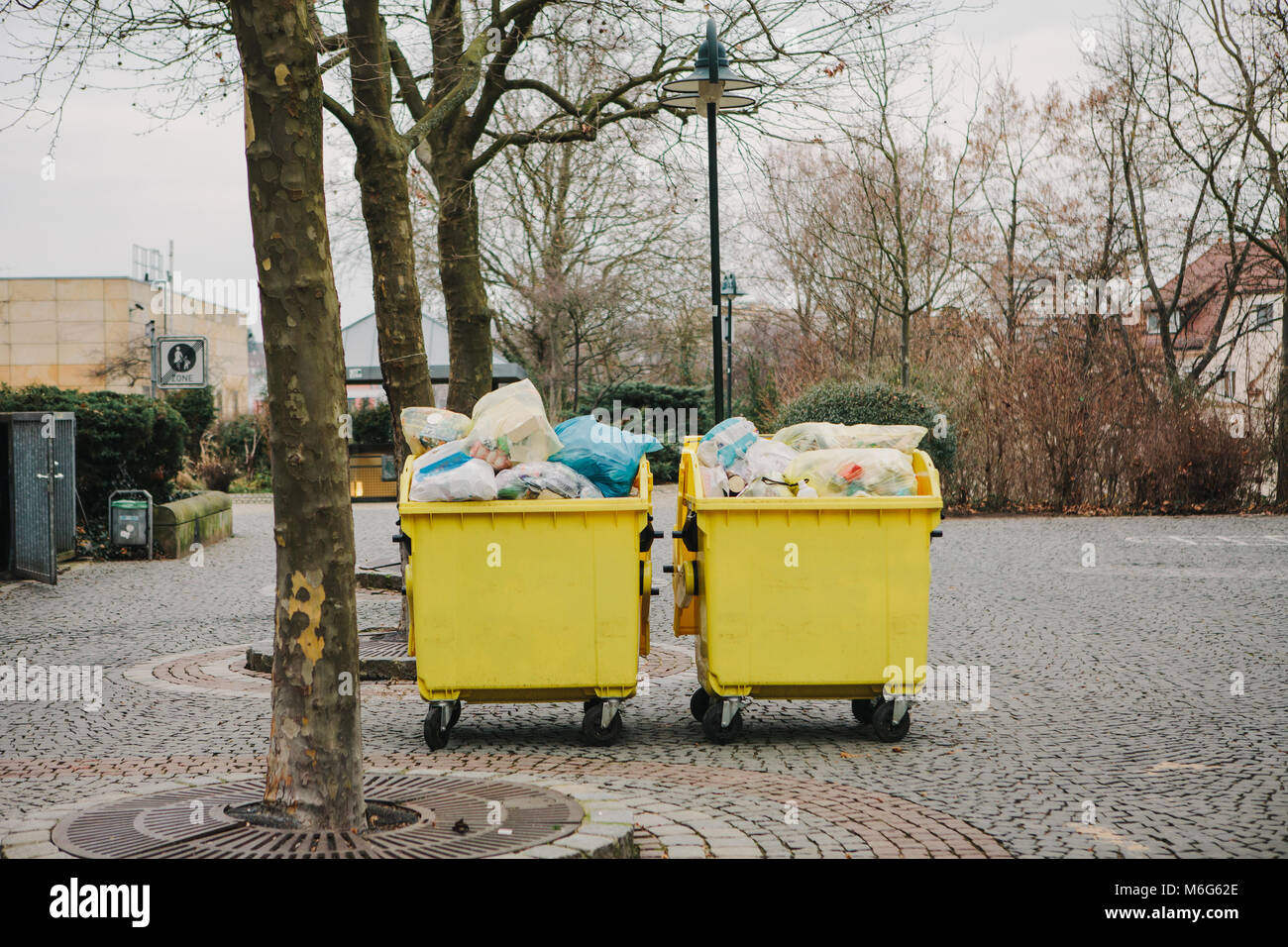 domestic garbage collection stockfotos domestic garbage collection bilder alamy. Black Bedroom Furniture Sets. Home Design Ideas