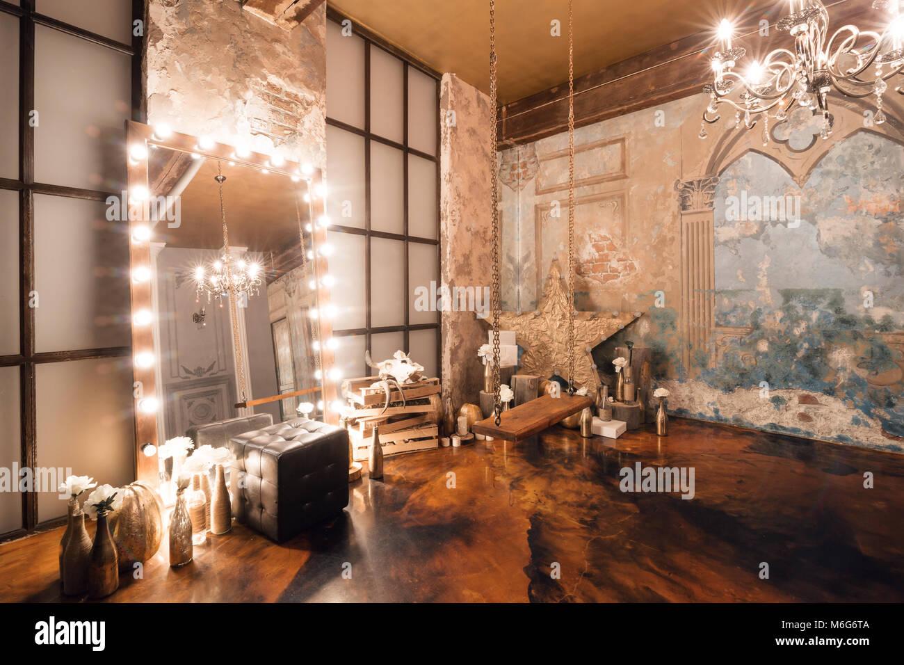 Loft Innenraum Mit Spiegel, Kerzen, Mauer, Große Fenster, Wohnzimmer In Modernem  Design