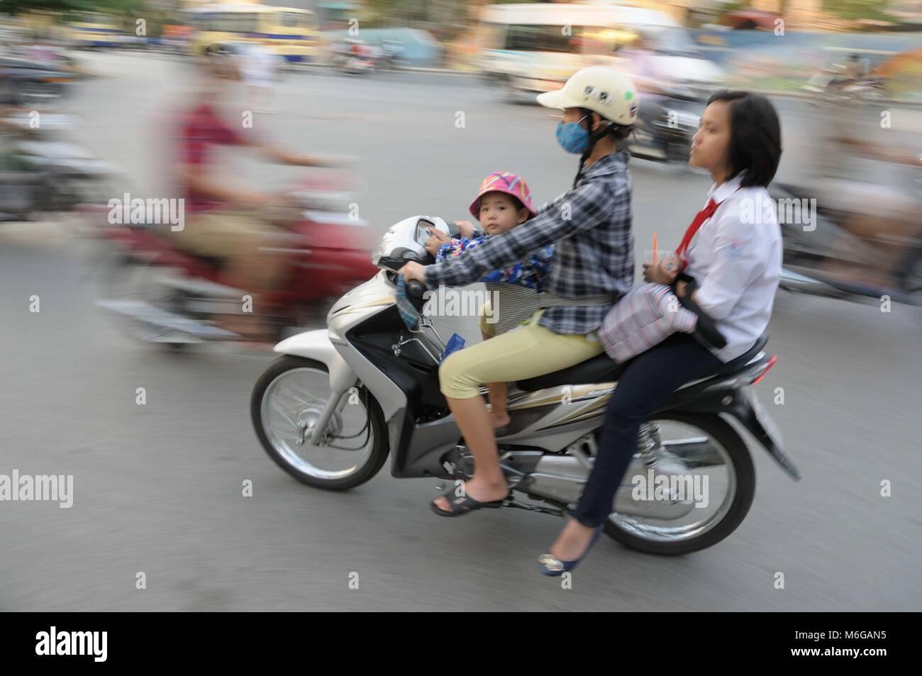 Motorrad im verkehr mit mutter fahren junge schulmädchen auf dem