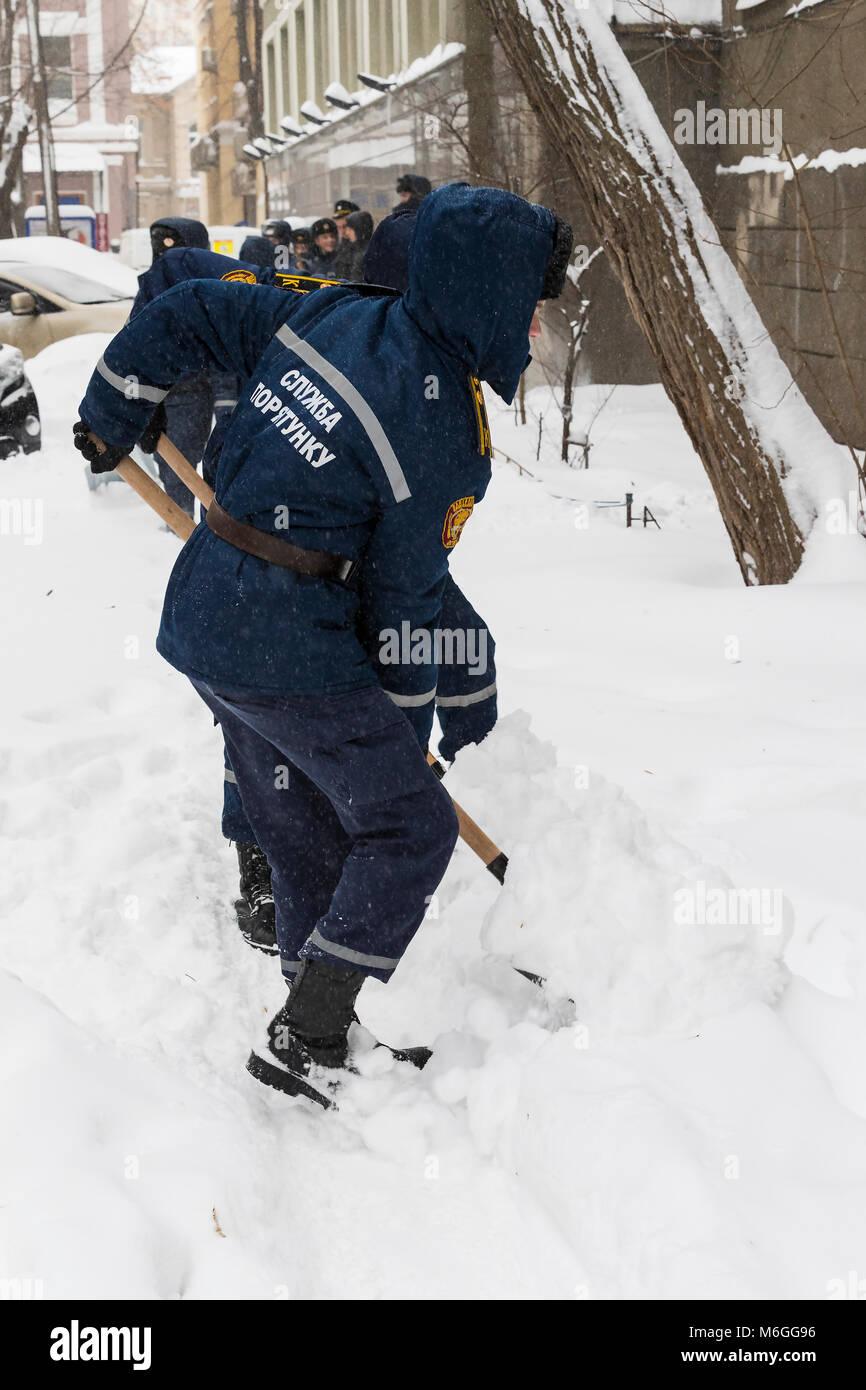 Removal Winter Person Man Stockfotos & Removal Winter Person Man ...