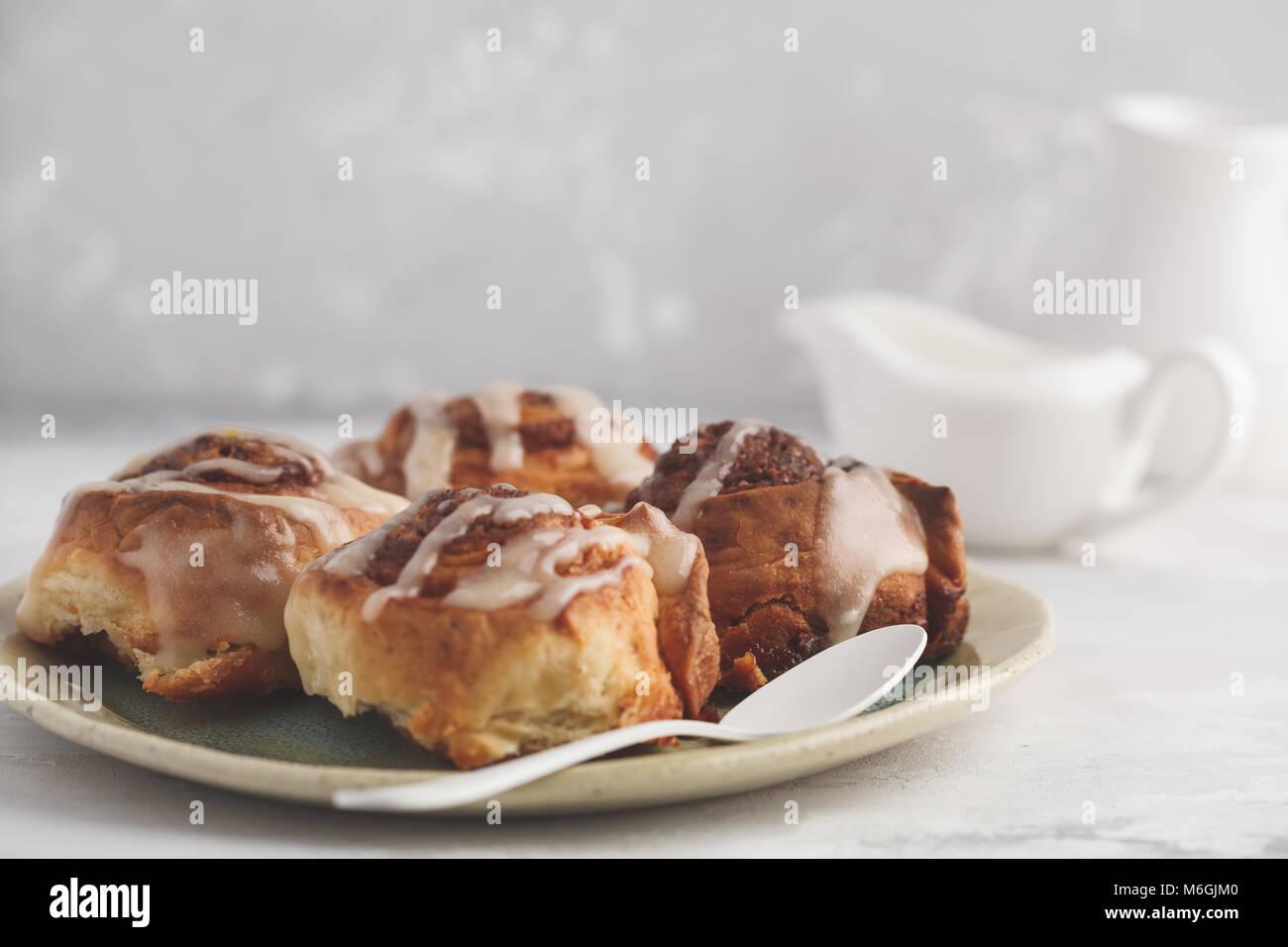 Hausgemachte Zimtkuchen in Glasur auf einem leichten, hellen Hintergrund, Kopieren, Ansicht von oben. Stockbild