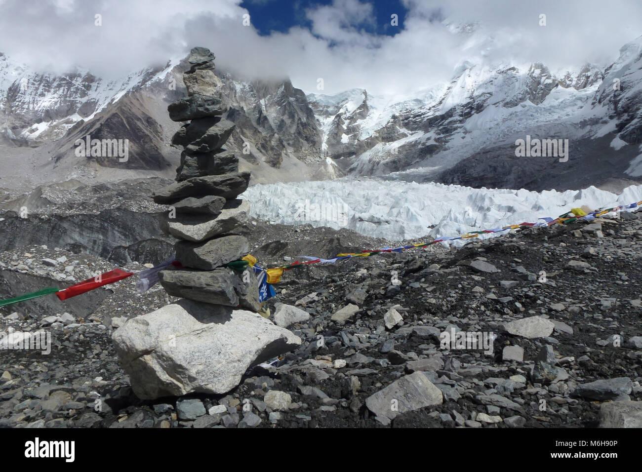 Detail einer Pika (Blocklagerung Steine) mit gebetsfahnen an der EBC, Everest Base Camp trek, Nepal Stockbild