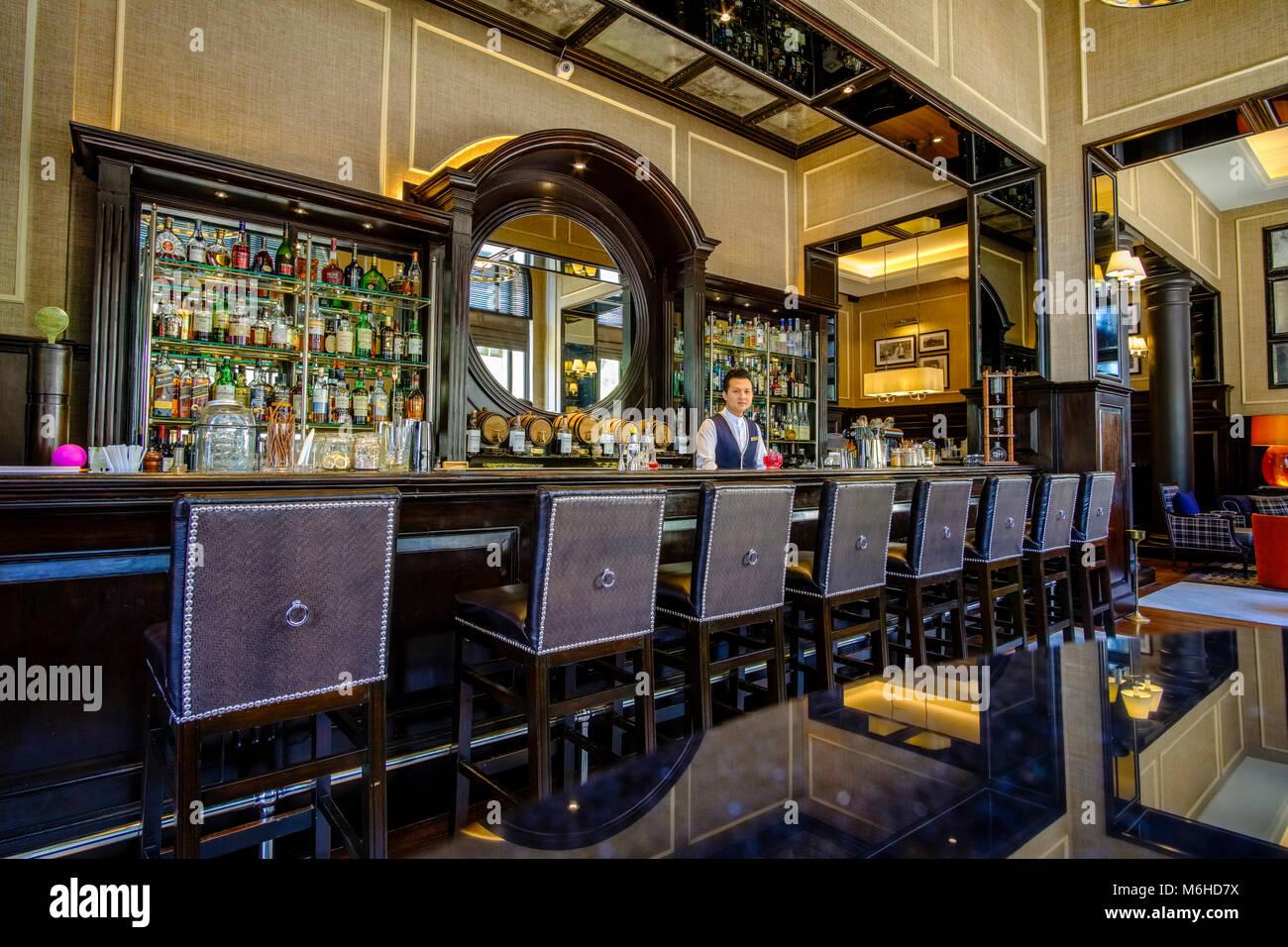 Innenraum der Sarkies Bar, ein Restaurant im Strand Hotel im Zentrum der Stadt Stockbild