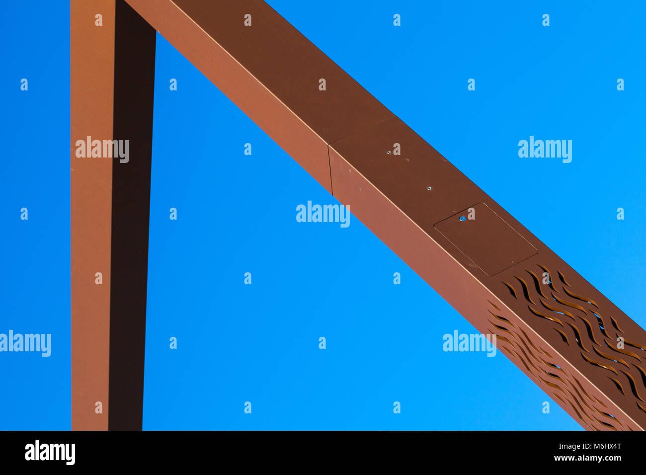 Abstraktes Bild eines braunen Stahlkonstruktion vor einem strahlend blauen Himmel Stockfoto
