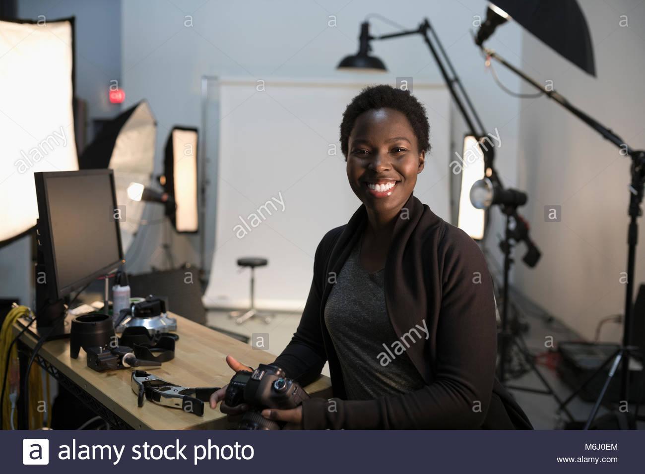 Portrait zuversichtlich, begeisterte Fotografin vorbereiten für Fotoshooting im Studio Stockbild