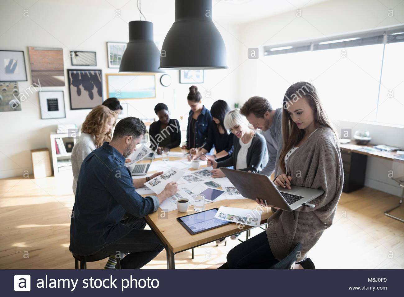 Produktion team Überprüfung foto Beweise im Büro treffen Stockbild