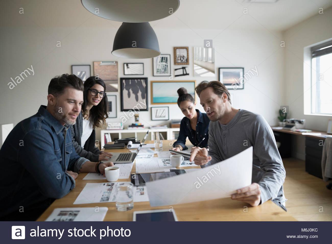 Photo Editor Produktion team Überprüfung foto Beweise im Büro treffen Stockbild
