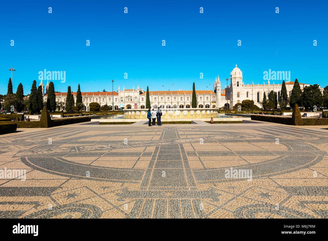 Komplizierte Mosaik Boden der Entdeckungen Denkmal in Belém von Lissabon. Stockbild