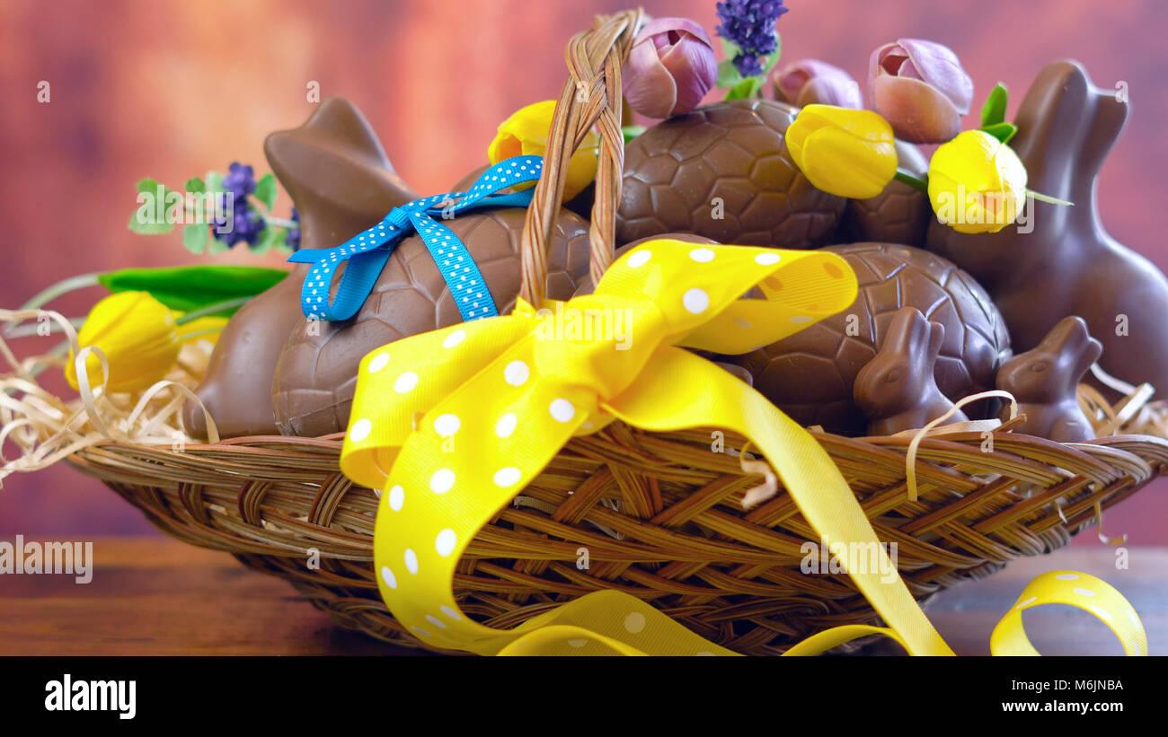 Frohe Ostern Schokolade Eier und Hase Kaninchen in großen Korb mit ...