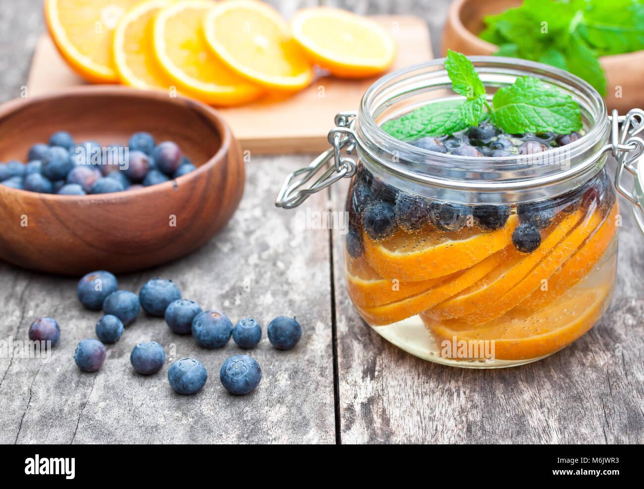 Hausgemachte Obst Drink mit Beeren, Orangen und Minze Stockbild